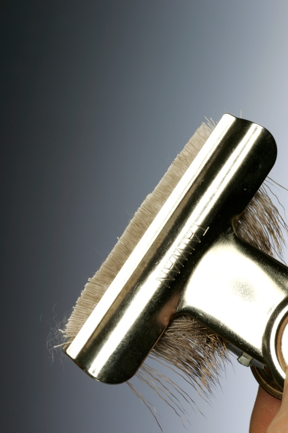 2Carefully cut along the edge of the clip leaving only a couple of mm in front of the jaws.  If you have more than this you will find that the spinning will be difficult and the material will fall out when used.
